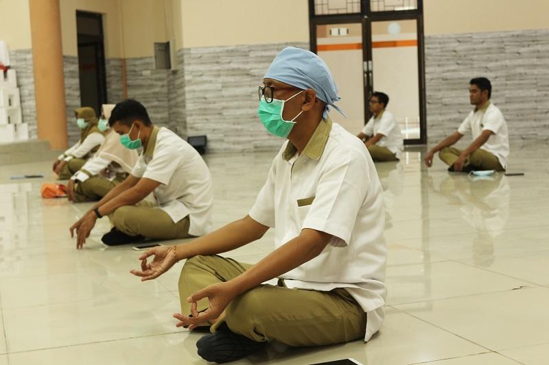 Pegawai RSJ Mutiara Sukma Sedang Melaksanakan Terapi Nafas Dalam